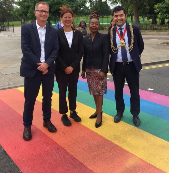 Pierwsze stałe Rainbow Crossing w Wielkiej Brytanii jest tutaj w Lambeth! Oficjalnie otwarty dzisiaj w Herne Hill, aby uczcić naszą wspaniałą dzielnicę, integracyjną przyrodę i kreatywną kulturę #WeAreLambeth #WalkTheRainbow #LambethRainbowWalk