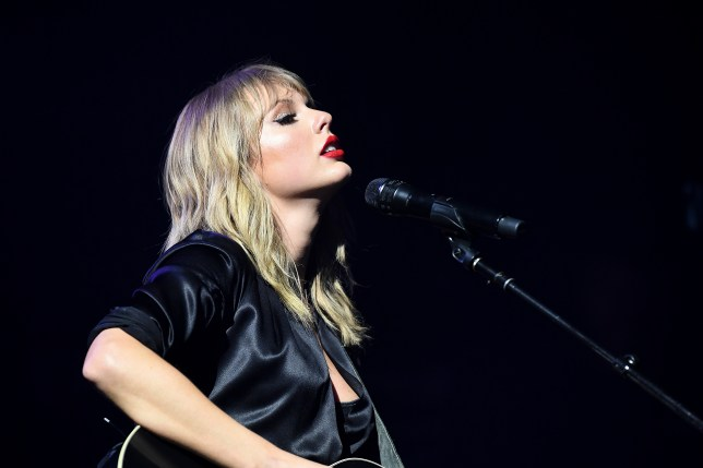 Taylor Swift performs intimate Paris gig