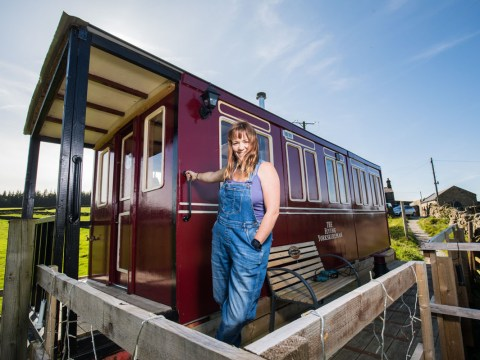 Woman builds amazing replica Flying Scotsman train carriage in 89 days