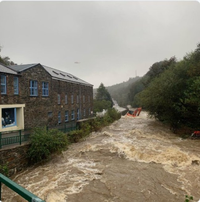 TweetbeatIOM @TweetbeatIOM ? 2h *URGENT SAFETY WARNING* We are dealing with significant issues re the flooding in Laxey. If in that area. and trapped please go up stairs in your house and await further instructions.