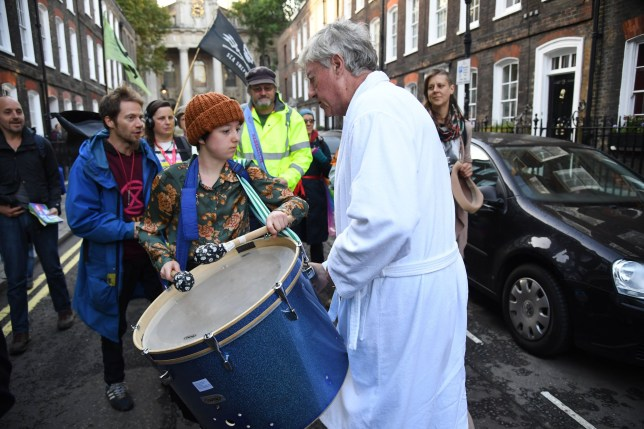 Extinction Rebellion this morning in Westminster. Lord Andrew Fraser confronts protesters. ? Jeremy Selwyn / Evening Standard / eyevine Contact eyevine for more information about using this image: T: +44 (0) 20 8709 8709 E: info@eyevine.com http://www.eyevine.com