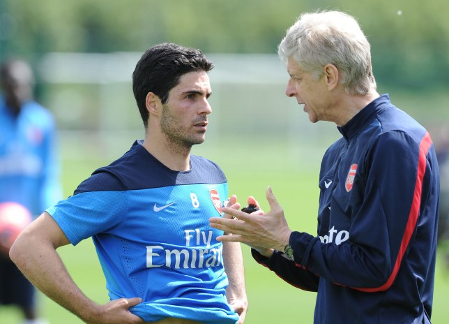 Arsene Wenger speaks to Mikel Arteta during Arsenal training