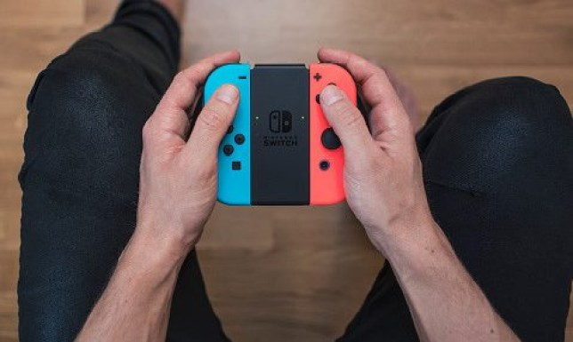 Man holding Nintendo Switch controller