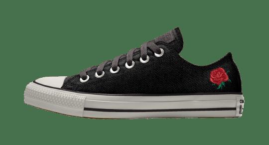 Les chaussures noires brodées de la collection mariage Converse
