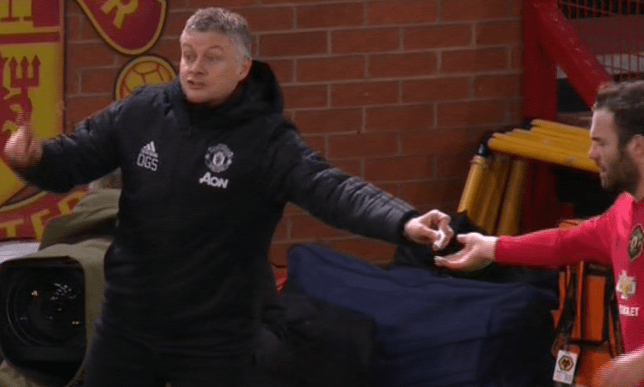 Ole Gunnar Solskjaer passed Juan Mata a note as Manchester United had lost their shape