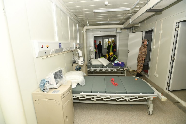epa08187668 Un médecin de l'armée regarde autour d'une pièce de l'hôpital Huoshenshan à Wuhan, province du Hubei, Chine, 02 février 2020. La construction de l'hôpital de campagne temporaire de 1 000 lits, qui a commencé le 24 janvier 2020 pour accueillir de nouveaux patients atteints de coronavirus, a été annoncée terminée le 02 février.  EPA / SHEPHERD ZHOU CHINE OUT
