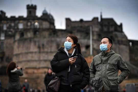 Edimburgo, Scozia - 24 gennaio: I turisti indossano maschere mentre visitano il Castello di Edimburgo il 24 gennaio 2020 a Edimburgo, in Scozia. È stato confermato che 14 persone in Scozia con sintomi sono risultati negativi per il coronavirus, che ha ucciso almeno 26 persone in Cina. Il governo scozzese ha istituito un team di gestione degli incidenti quotidiani per monitorare gli sviluppi. (Foto di Jeff J Mitchell / Getty Images)