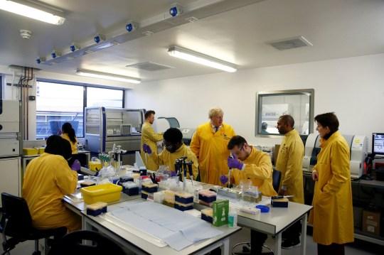 Il primo ministro Boris Johnson visita un laboratorio del Servizio nazionale nazionale di infezione della sanità pubblica a Colindale, nel nord di Londra, poiché il numero di casi confermati di coronavirus nel Regno Unito è salito a 35 dopo che 12 nuovi pazienti sono stati identificati in Inghilterra . Foto PA. Data della foto: domenica 1 marzo 2020. Guarda la storia di AP HEALTH Coronavirus. Il credito fotografico dovrebbe essere: Henry Nicholls / PA Wire