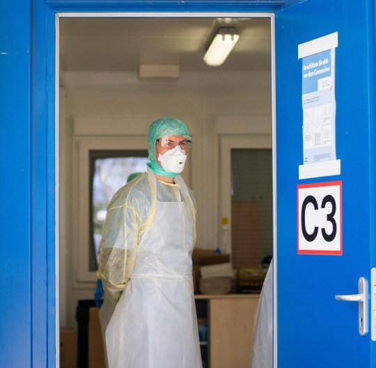 Uno staff medico, con indumenti protettivi, si trova all'ingresso dell'ospedale Kaiser-Franz-Josef-Spital (KFJ) come parte della nuova epidemia di coronavirus del 15 marzo 2020 a Vienna. (Foto di GEORG HOCHMUTH / APA / AFP) / Austria OUT (Foto di GEORG HOCHMUTH / APA / AFP via Getty Images)