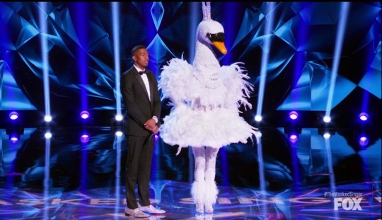 The Masked Singer Bella Thorne is the Swan - 18/03/2020