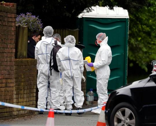 Des médecins légistes de la police de Surrey sur la route A25 Bletchingley, Godstone, près de Reigate, après qu'un homme de 88 ans a été retrouvé mort à l'intérieur de la maison. Photo PA. Date de la photo: mardi 28 avril 2020. L'homme n'a pas été officiellement identifié et la police n'a pas fourni plus de détails. Une autopsie sera ensuite réalisée pour déterminer la cause du décès. Découvrez l'histoire de l'AP par Godstone Police. La photo devrait être: Steve Parsons / PA Wire