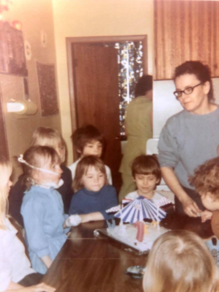 Stasi, photographiée à gauche, vêtue d'une robe bleue, qui peut être vue avec des amis et portant des bandages après sa sortie de l'hôpital.