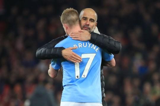 Kevin De Bruyne est étreint par l'entraîneur de Manchester City Pep Guardiola