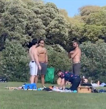 Taoiseach Leo Varadkar a filmé la rupture de la règle de la distanciation sociale dans le parc