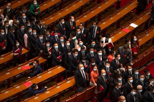 Les délégués attendent de partir après la séance de clôture de l'Assemblée populaire nationale (APN) de la Chine dans la grande salle du peuple à Pékin, le jeudi 28 mai 2020. La législature cérémonielle chinoise a approuvé une loi sur la sécurité nationale pour Hong Kong qui a tendu les relations avec les États-Unis et la Grande-Bretagne. (Photo AP / Mark Schiefelbein)