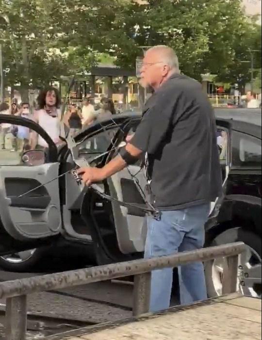 L'homme tire des flèches sur les manifestants à Salt Lake City, Utah.