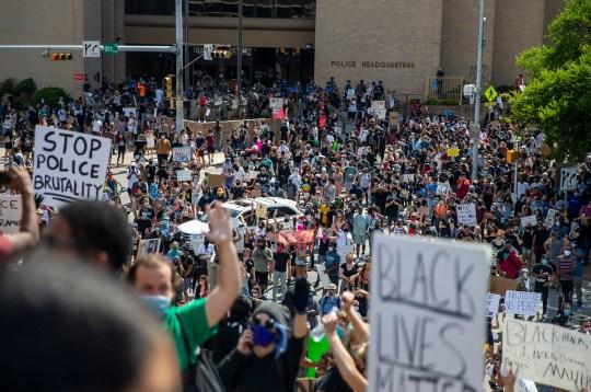 Des manifestants manifestent devant le département de police d'Austin, samedi 30 mai 2020, à Austin, au Texas, en réponse au décès du jour du souvenir de George Floyd alors qu'il était en garde à vue à Minneapolis.