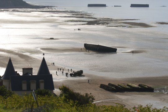 Les vestiges du port Mulberry dans la baie d'Arromanches, Normandie, France.