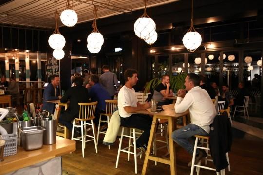 Les gens de boire dans un bar à Auckland, Nouvelle-Zélande