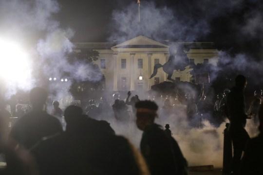 Des manifestants se rassemblent à la Maison Blanche contre la mort en garde à vue de George Floyd à Minneapolis, à Washington, D.C., États-Unis, le 31 mai 2020. REUTERS / Jonathan Ernst IMAGES TPX DU JOUR