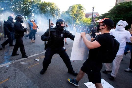 TOPSHOT - Des policiers se heurtent à des manifestants près de la Maison Blanche le 1er juin 2020 alors que les manifestations contre la mort de George Floyd se poursuivent. La police a tiré des gaz lacrymogènes à l'extérieur de la Maison Blanche dimanche soir alors que les manifestants anti-racisme descendaient de nouveau dans les rues pour exprimer la fureur de la violence policière, et les grandes villes américaines ont été mises sous couvre-feu pour supprimer les émeutes. émeutes en tant que terroristes nationaux, il y a eu plus de confrontations entre manifestants et policiers et de nouvelles flambées de pillages. Les dirigeants américains locaux ont appelé les citoyens à exprimer leur colère de manière constructive face à la mort d'un homme noir non armé à Minneapolis, tandis que des couvre-feux nocturnes ont été imposés dans des villes comme Washington, Los Angeles et Houston. (Photo de Jose Luis Magana / AFP) / ALTERNATE CROP (Photo de JOSE LUIS MAGANA / AFP via Getty Images)
