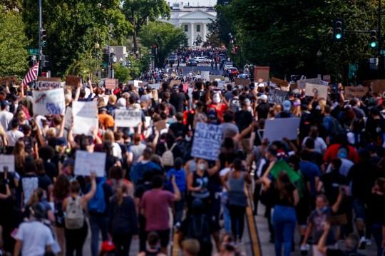 epa08461559 Des personnes, qui se sont rassemblées pour protester contre la mort de George Floyd, marchent pacifiquement vers la Maison Blanche à Washington, DC, États-Unis, 02 juin 2020. Une vidéo d'un spectateur mise en ligne le 25 mai montre George Floyd, 46 ans, plaidant pour l'arrestation des officiers qu'il ne pouvait pas respirer alors qu'un officier s'agenouillait sur son cou. L'homme noir non armé est rapidement devenu insensible et a été déclaré mort par la suite. Selon des informations parues le 29 mai, Derek Chauvin, l'officier de police au centre de l'incident, a été arrêté et inculpé de meurtre dans le meurtre de George Floyd. EPA / SHAWN THEW