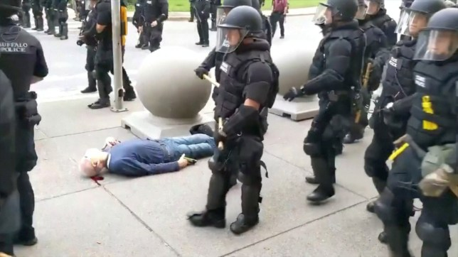 MATÉRIAU SENSIBLE. CETTE IMAGE PEUT OFFENSER OU DÉRANGER Un vieil homme saigne des oreilles après être tombé, après avoir semblé être bousculé par la police anti-émeute lors d'une manifestation contre la mort dans la garde à vue de George Floyd à Minneapolis, à Buffalo, New York, États-Unis, le 4 juin 2020 à cette image fixe tirée de la vidéo. WBFO / via REUTERS TV ATTENTION RÉDACTEURS - PAS DE REVENTE. PAS D'ARCHIVES. CETTE IMAGE A ÉTÉ FOURNIE PAR UN TIERS. CRÉDIT OBLIGATOIRE