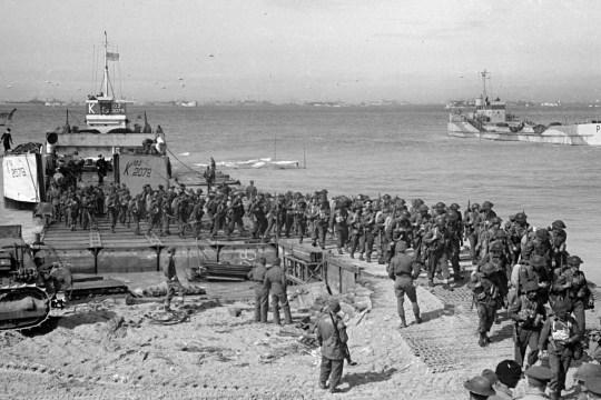 La répression britannique atterrit sur la plage de Gold pour la grande poussée dans la ville normande de Caen. 16 juin 1944.