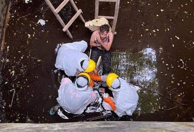 Cette photo de document prise et publiée par la police de Badung à Badung, dans la province de Bali, le 6 juin 2020, montre des membres de l'équipe indonésienne de recherche et de sauvetage évacuant le britannique Jacob Matthew Robert, 29 ans (C-top), après qu'il soit tombé dans un réservoir. - L'homme britannique qui a passé six jours coincé dans un puits après avoir été pourchassé par un chien a été secouru sur l'île balnéaire indonésienne de Bali, ont annoncé les autorités le 7 juin. (Photo by Handout / BADUNG POLICE / AFP) / RESTRICTED TO EDITORIAL USE - CRÉDIT OBLIGATOIRE AFP PHOTO / BADUNG POLICE - PAS DE MARKETING - PAS DE CAMPAGNES PUBLICITAIRES - DISTRIBUÉ EN TANT QUE SERVICE AUX CLIENTS (Photo HANDOUT / BADUNG POLICE / AFP via Getty Images)