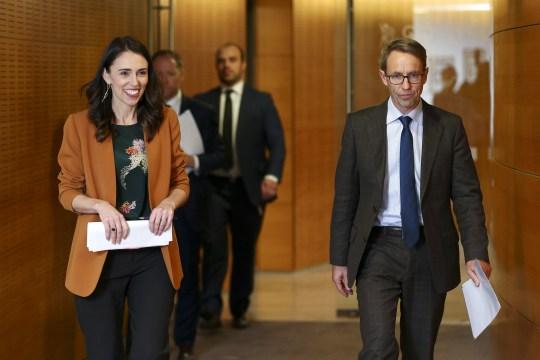 WELLINGTON, NOUVELLE-ZÉLANDE - 08 juin: Le Premier ministre Jacinda Ardern et le directeur général de la santé, le Dr Ashley Bloomfield arrivent à une conférence de presse post-ministérielle au Parlement le 08 juin 2020 à Wellington, Nouvelle-Zélande. Le Premier ministre Jacinda Ardern a annoncé que la Nouvelle-Zélande passera au niveau d'alerte COVID-19 à minuit le 8 juin. Le niveau d'alerte 1 verra les gens retourner au travail, à l'école, aux événements sportifs et aux voyages intérieurs sans restrictions. Il n'y aura également plus de restrictions sur les nombres lors des rassemblements de masse. Les contrôles aux frontières resteront en place pour toutes les personnes entrant en Nouvelle-Zélande, y compris le dépistage et les tests de santé pour toutes les arrivées, et la quarantaine ou l'isolement géré obligatoire de 14 jours. Il n'y a plus de cas actif de COVID-19 en Nouvelle-Zélande. (Photo par Hagen Hopkins / Getty Images)
