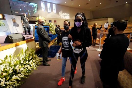 Des personnes en deuil passent devant le cercueil de George Floyd lors d'une visite publique pour Floyd à l'église de la Fontaine de Louange le lundi 8 juin 2020 à Houston. (Photo AP / David J. Phillip, piscine)