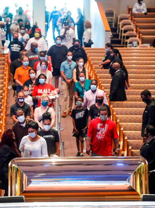 Les personnes en deuil font la queue pour passer devant le cercueil de George Floyd lors d'une visite publique à l'église Fountain of Praise le lundi 8 juin 2020 à Houston. (Photo de Godofredo A. VASQUEZ / POOL / AFP) (Photo de GODOFREDO A. VASQUEZ / POOL / AFP via Getty Images)