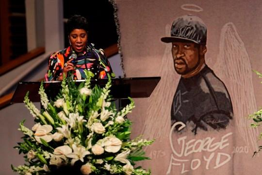 Ivy McGregor lit une résolution lors des funérailles de George Floyd le 9 juin 2020, à l'église The Fountain of Praise à Houston. - George Floyd sera inhumé mardi dans sa ville natale de Houston, point culminant d'un long adieu à l'Afro-américain de 46 ans dont la mort en détention a déclenché des protestations mondiales contre la violence policière et le racisme. Des milliers de sympathisants ont déposé devant Floyd's un cercueil lors d'une audience publique un jour plus tôt, alors qu'un tribunal fixait la caution à 1 million de dollars pour l'officier blanc accusé de son meurtre le mois dernier à Minneapolis. (Photo de Godofredo A. VASQUEZ / POOL / AFP) (Photo de GODOFREDO A. VASQUEZ / POOL / AFP via Getty Images)