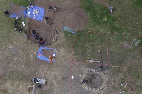 Sur cette photo aérienne, les enquêteurs recherchent des restes humains à la résidence de Chad Daybell dans le bloc 200 de 1900 East, le mardi 9 juin 2020, à Salem, Idaho. Les autorités disent avoir découvert des restes humains au domicile de Daybell alors qu'ils enquêtaient sur la disparition des deux enfants de sa nouvelle épouse. La police de la petite ville de Rexburg a déclaré que Daybell avait été arrêté mardi. Il avait récemment épousé la mère de l'enfant, Lori Vallow Daybell, qui a été accusée d'abandon d'enfant. (John Roark / The Idaho Post-Register via AP)