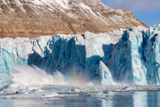 Événement de vêlage glaciaire à Kongsfjorden, Svalbard.