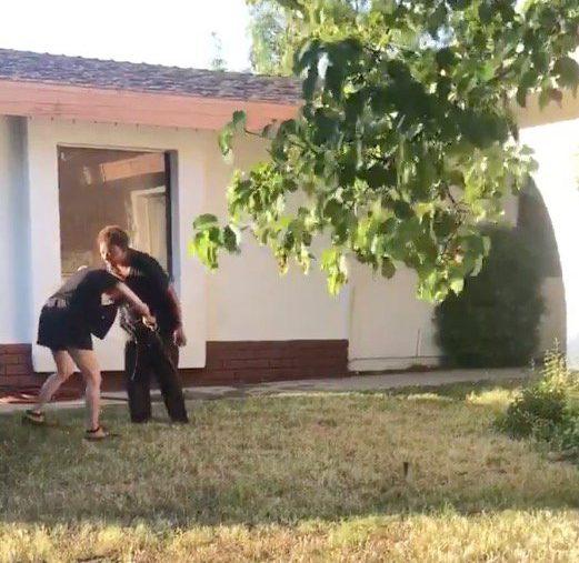 Une femme qui aurait été témoin de l'attaque raciste a ensuite agressé l'agresseur d'origine pour se venger.