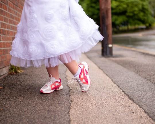 Robe de mariée et baskets Tracie