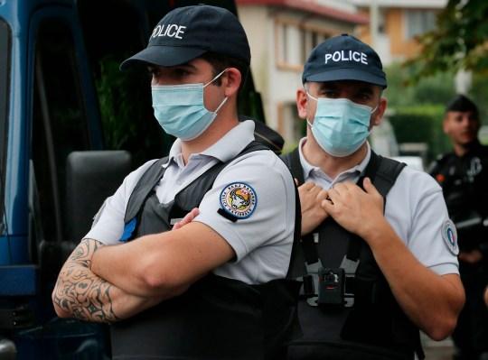 Des policiers gardent l'entrée du palais de justice de Bayonne, dans le sud-ouest de la France, vendredi 26 juin 2020. (AP Photo / Bob Edme)