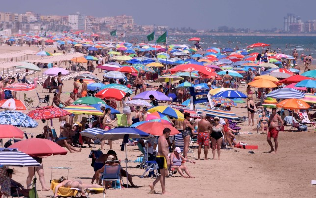 Les gens profitent d'une journée à la plage du Nord à Gandia, près de Valence, le 1er juillet 2020. - L'Union européenne a rouvert ses frontières aux visiteurs de 15 pays mais a exclu les États-Unis, où les décès dus aux coronavirus augmentent à nouveau, six mois après le premier cluster a été signalé en Chine.  (Photo par JOSE JORDAN / AFP) (Photo par JOSE JORDAN / AFP via Getty Images)