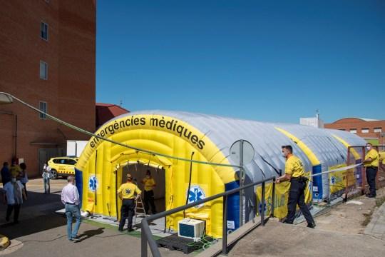 Vue d'un hôpital de campagne mis en place par les autorités sanitaires à côté de l'hôpital universitaire Arnau de Vilanova à Lleida, dans la région de Segria, Catalogne, Espagne, 03 juillet 2020 (délivré le 04 juillet 2020).