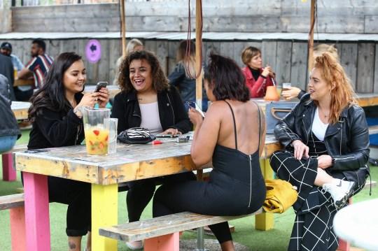 Londres, - 4 juillet: Les clients du Skylight Rooftop Bar prennent un verre le 4 juillet 2020 à Londres, au Royaume-Uni. Le gouvernement britannique a annoncé que les pubs, hôtels et restaurants pourraient ouvrir à partir du samedi 4 juillet, à condition qu'ils respectent les directives sur la distance sociale et l'assainissement. (Photo par Hollie Adams / Getty Images)