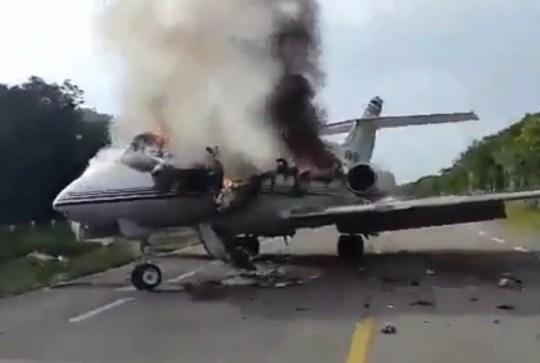 Un avion soupçonné de transporter des drogues aurait été incendié après avoir été intercepté par des soldats sur la route fédérale 184 dans l'État de Quintana Roo, au Mexique, selon des rapports locaux, le 5 juillet 2020 dans cette image fixe prise depuis