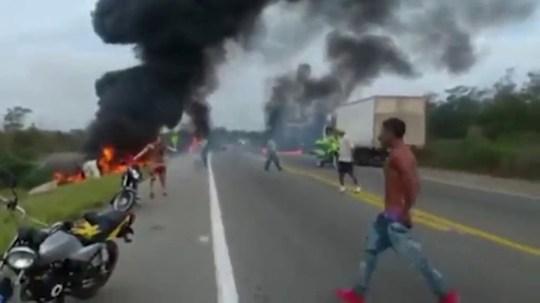 Sept morts quand un pétrolier renversé explose alors qu'une énorme foule de gens siphonne du carburant