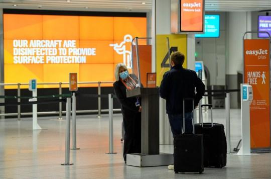 Un passager s'enregistre dans une zone de contrôle Easy Jet à l'aéroport de Gatwick, car les restrictions de voyage sont assouplies à la suite de l'épidémie de maladie à coronavirus (COVID-19), à Gatwick, en Grande-Bretagne, le 10 juillet 2020. REUTERS / Toby Melville