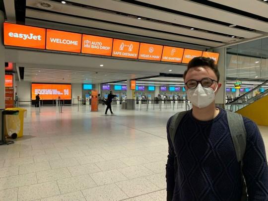 Eoin Burgin, 21 ans, à l'aéroport de Gatwick, à Londres, étudiant à l'Université d'Edimbourg, se rendant à Bâle, en Suisse, pour voir sa petite amie pour la première fois depuis environ cinq mois, après la levée de nouvelles restrictions de verrouillage des coronavirus en Angleterre.  Photo PA.  Date de la photo: vendredi 10 juillet 2020. Voir l'histoire de l'AP HEALTH Coronavirus.  Le crédit photo doit se lire: Tom Pilgrim / PA Wire