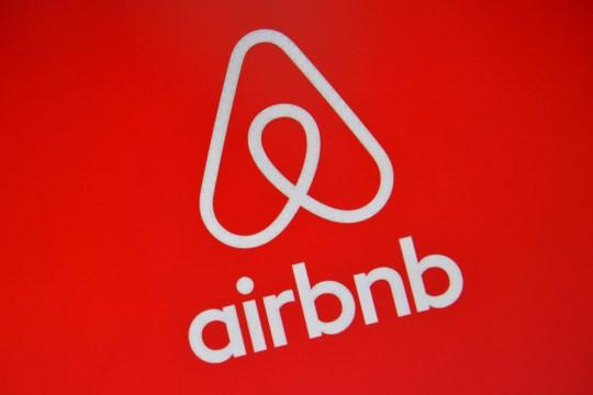 Le logo Airbnb est affiché sur un écran d'ordinateur le 3 août 2016 à Londres, en Angleterre.