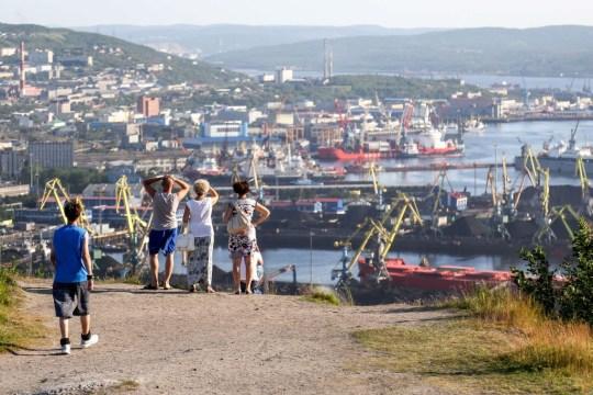 MURMANSK, RUSSIE - 20 juillet 2018: les gens bénéficient d'une vue panoramique sur le centre-ville alors que la canicule frappe Murmansk.  Igor Ageyenko / TASS (Photo par Igor Ageyenko \ TASS via Getty Images)