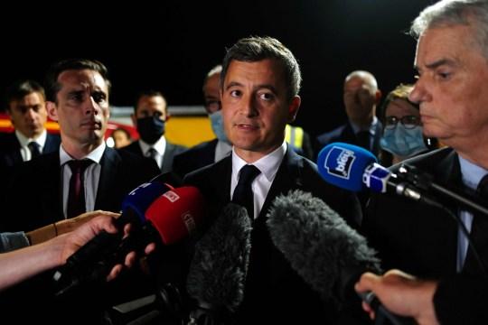 Le ministre français de l'Intérieur, Gérald Darmanin, tient une conférence de presse sur les lieux d'un accident de voiture qui a tué cinq enfants et blessé quatre personnes, sur l'autoroute A7 près d'Albon, dans le sud-est de la France