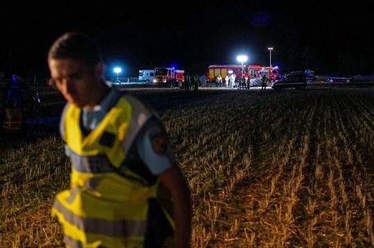 Les secouristes et les pompiers travaillent sur les lieux d'un accident de voiture qui a tué cinq enfants et blessé quatre personnes, sur l'autoroute A7