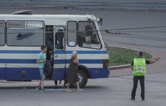 epa08559127 Un officier de police (à droite) dirige trois otages libérés d'un bus détourné dans le centre-ville de la ville de Loutsk, dans l'ouest de l'Ukraine, le 21 juillet 2020. Selon les médias locaux, un homme armé avait pris en otage les passagers et le chauffeur du bus de banlieue .  Des coups de feu ont été signalés sur les lieux.  Le chef du département régional de la police nationale, Yuriy Kroshko, a déclaré que l'attaquant avait menacé les otages avec une arme à feu et un engin explosif.  Le vice-ministre de l'Intérieur de l'Ukraine, Anton Gerashchenko, a déclaré que le pirate de l'air présumé s'était identifié comme étant Maksym Plokhoy.  Le suspect a également affirmé qu'il avait posé un autre explosif dans un endroit bondé non spécifié à Loutsk et a déclaré qu'il déclencherait cette bombe si ses demandes n'étaient pas satisfaites.  Selon les responsables, Plokhoy est un criminel reconnu coupable et a des antécédents de troubles mentaux.  EPA / MARKIIAN LYSEIKO